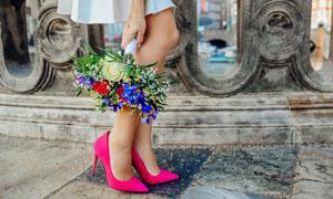 手拿着花束穿着红色高跟鞋美女摄影图片