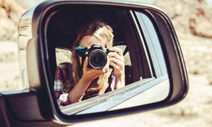 汽车后视镜和美女拍照摄影图片