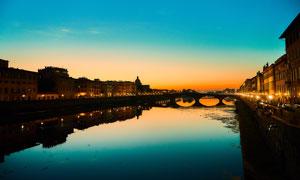 傍晚城市中的河流和建筑摄影图片