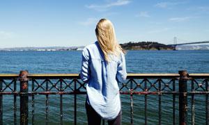 站在海边看海景的金发美女摄影图片