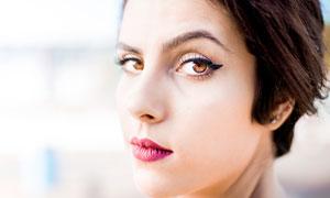画着红唇的短发美女摄影图片