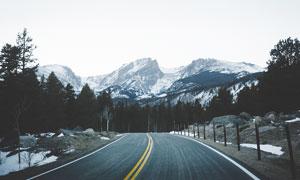 冬季通向大山之中的公路摄影图片