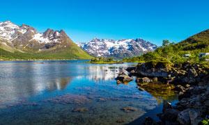 蓝天下的山水湖景高清摄影图片
