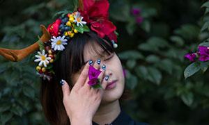 植物旁的鹿角頭飾美女人物攝影原片