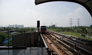 正缓缓驶入车站的地铁列车摄影原片