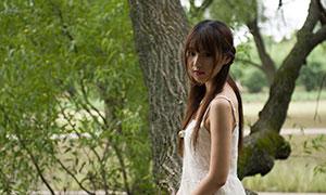 河边坐树上的白裙美女摄影高清原片