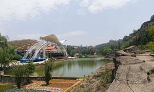 山野间水塘边的建筑物摄影高清原片