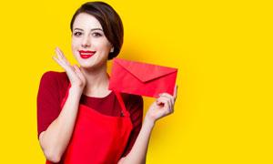手拿红信封的美女主妇摄影高清图片