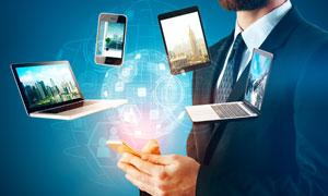 商务人物与悬浮的数码设备创意图片