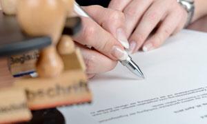 商务合同协议签字环节特写摄影图片