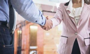在寒暄的商务人物握手特写摄影图片