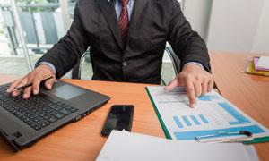 在核对报表数据的职场人物高清图片