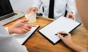桌面上的签字商务场景特写高清图片