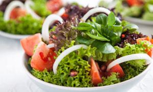 用多种蔬菜做的沙拉减脂餐摄影图片