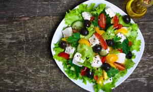 白色餐盘里的蔬菜沙拉摄影高清图片