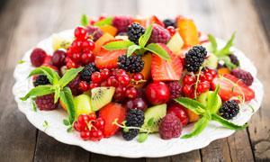 摆在盘子中的各种水果摄影高清图片