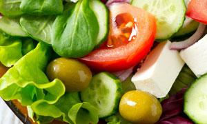 摆在盘子中的新鲜蔬菜沙拉摄影图片