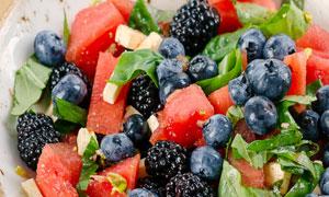 蓝莓西瓜与桑葚等水果沙拉摄影图片
