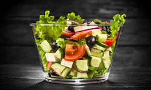 在玻璃碗里的蔬菜沙拉摄影高清图片