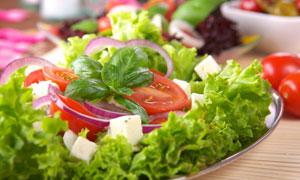盘子里的新鲜蔬菜沙拉特写摄影图片