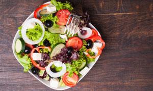 白色盘子中的蔬菜沙拉摄影高清图片