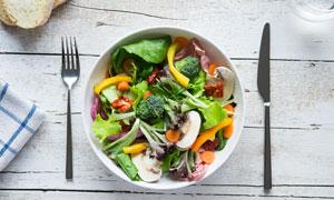 配备了刀叉的蔬菜沙拉摄影高清图片