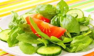 翠绿罗勒叶点缀的蔬菜沙拉高清图片