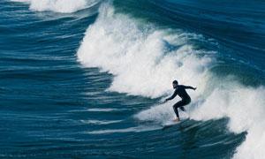 海面上畅快冲浪的男子摄影高清图片