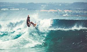 大海上冲浪的男性人物摄影高清图片