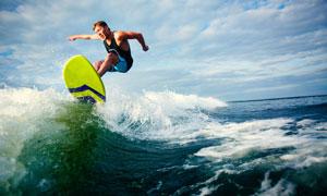 浪头上冲浪的男子人物摄影高清图片