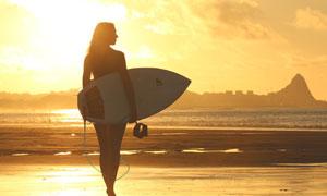 沙滩上的冲浪美女人物摄影高清图片