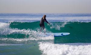 大海上冲浪的美女人物摄影高清图片