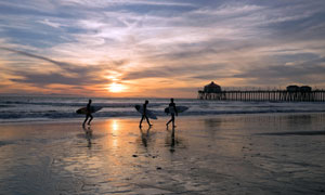黄昏晚霞中的冲浪人物摄影高清图片