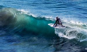 湛蓝海水上的冲浪人物摄影高清图片