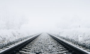 寒冷冬天下的鐵路景觀攝影圖片