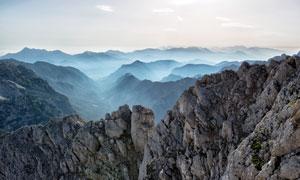 清晨山顶雾气景观摄影图片