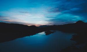 夜幕下的湖泊美景摄影图片