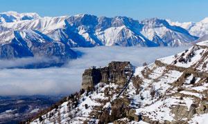雪山中的云雾景观摄影图片