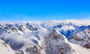 连绵的雪山山顶风光摄影图片