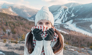 大山中带着帽子和围巾的美女摄影图片