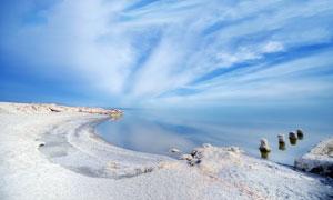 蓝天白云下的湖泊和浅滩摄影图片