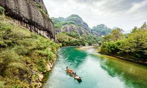 武夷山下河流中的竹筏摄影图片