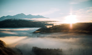 早晨阳光下的山顶美丽风光摄影图片