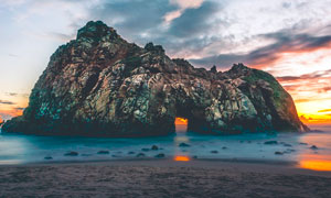 傍晚沙滩和岛屿美丽风光摄影图片