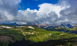 蓝天白云下的山顶美景高清摄影图片