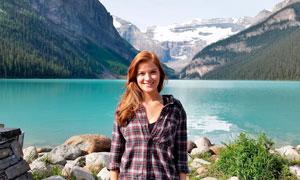 站在湖泊前的欧美女孩摄影图片