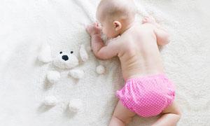 趴在毛毯上的宝宝摄影图片