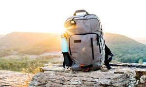 放在岩石上的旅行背包摄影图片