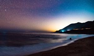漫天繁星下的海边夜景摄影图片