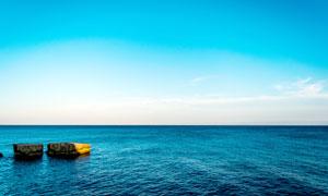 蓝天下浩瀚的海洋美景摄影图片